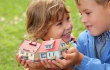 Дети с игрушечными домиками