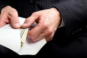 Мужчина достает деньги из письма
