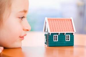 Девочка смотрит на домик
