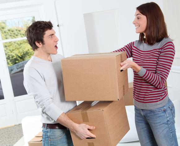 Молодая пара с ящиками