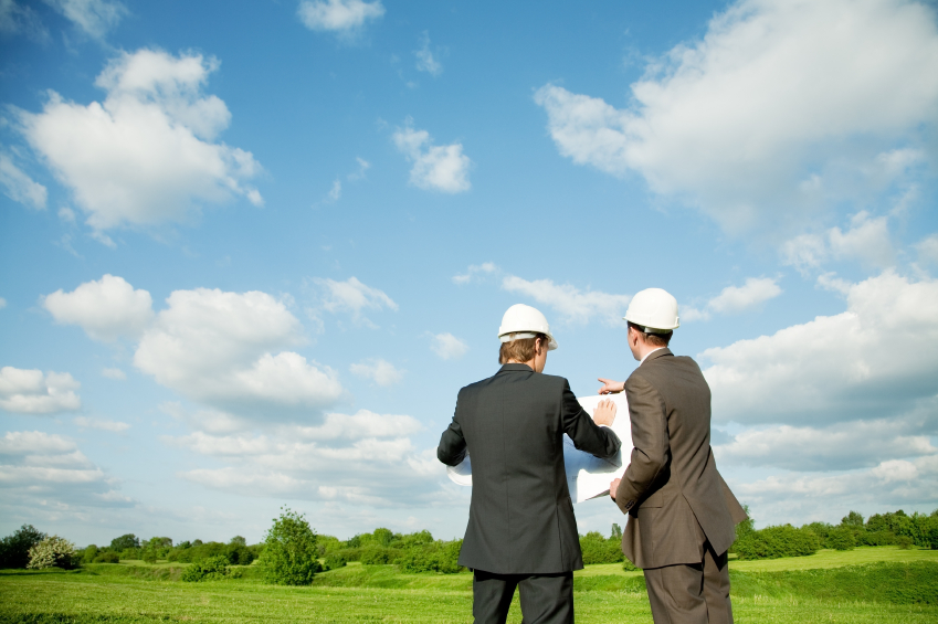 Два мужчина на земельном участке