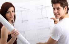 Девушка и парень держат план квартиры