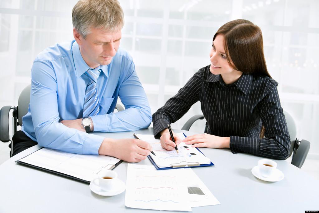 Мужчина и женщина читают документы