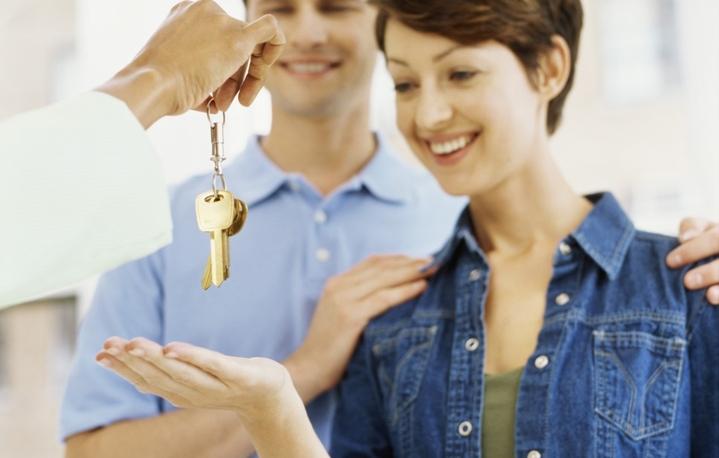 Семье отдают ключи за квартиру