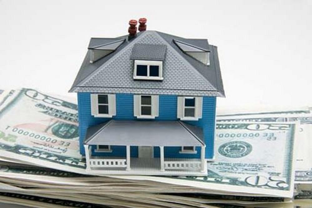 Макет дома на пачке денег