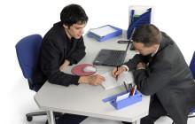Двое мужчин заполняют документы