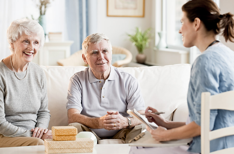 Девушка общается с пожилыми людьми