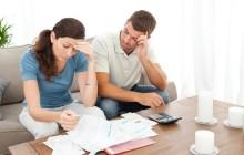 Мужчина и женщина изучают бумаги