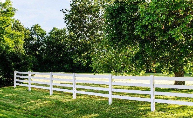 На каком расстоянии от забора можно строить дом на дачном участке: закон