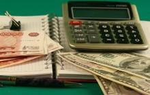 Калькулятор, деньги и тетрадь