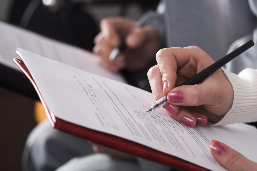 Devushka podpisyvaet dokumenty 1024x683 - Какие документы необходимы для прописки в квартиру