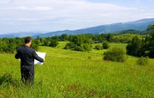 Мужчина на земельном участке