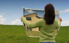 Девушка с плакатом в руках