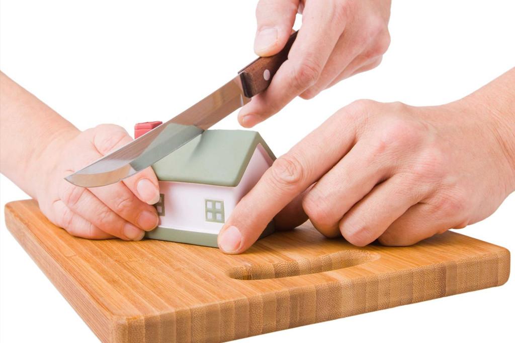 Макет дома режут ножом