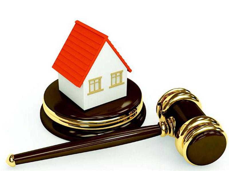 Судейский молот и макет дом