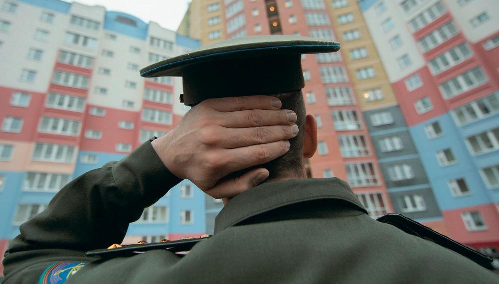 Военный перед новостройкой
