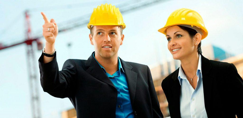 Мужчина и женщина в строительных касках