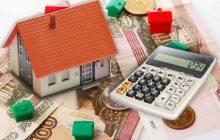Калькулятор, купюры, монеты и игрушечный домик