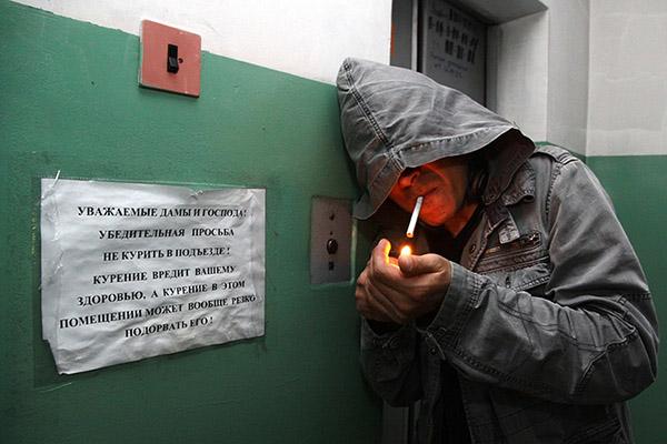 Можно ли курить в подъезде