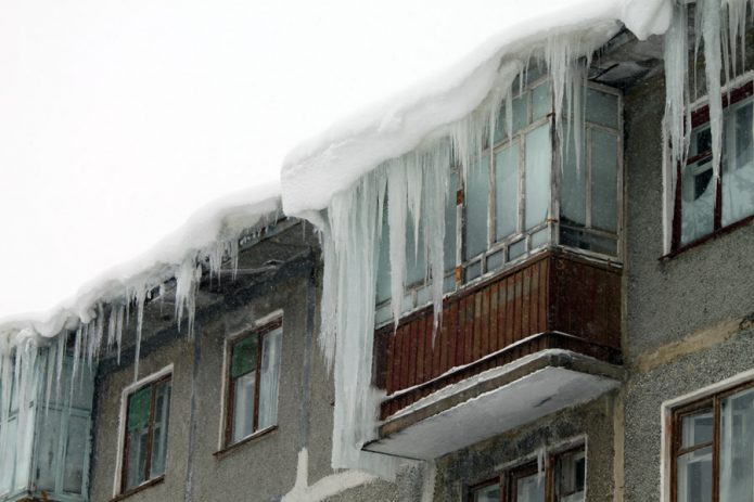 Сосульки на крыше дома