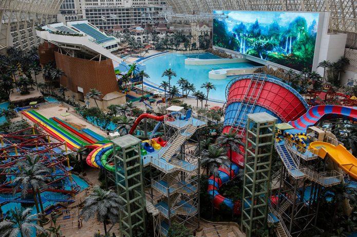 Аквапарк в самом большом доме в мире