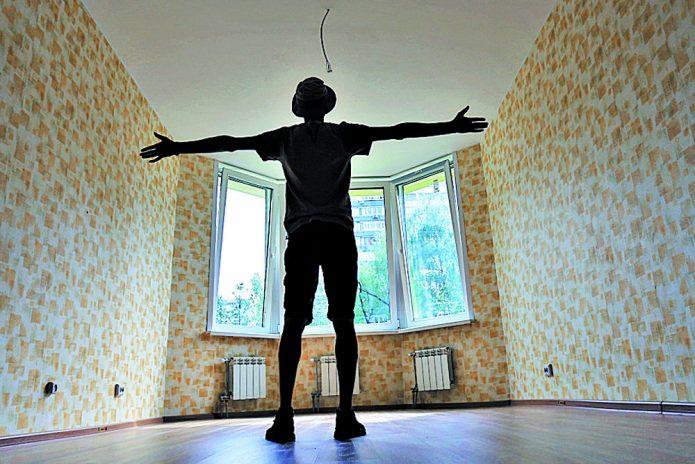 человек в просторной квартире