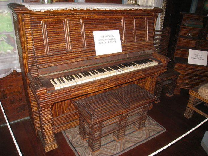 Обклеенное газетами пианино