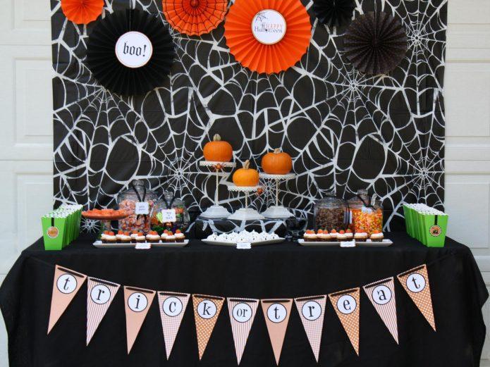 Сервировка стола на вечеринку по случаю Хэллоуина