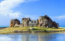 Дом между скалами, Плугреска, Бретань, Франция