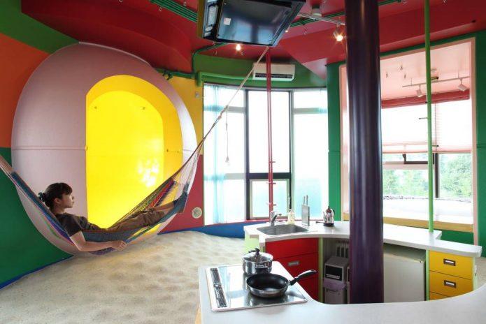 Интерьер кухни в комплексе Reversible-Destiny Lofts