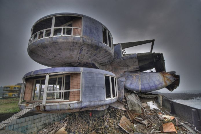 Заброшенный футуристический жилой комплекс