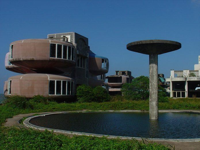 Футуристический жилой комплекс с домами НЛО