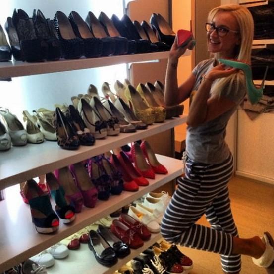 коллекция туфель в квартире бузовой