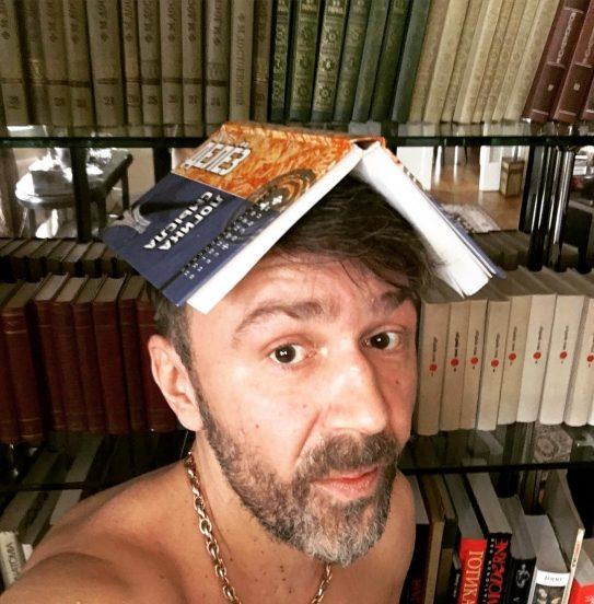 Сергей Шнуров и его библиотека