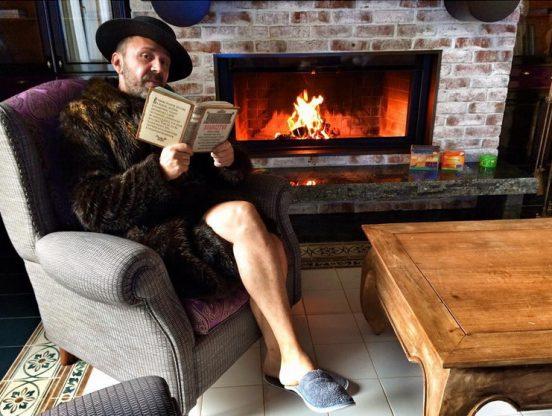 Сергей Шнуров в своей квартире у камина