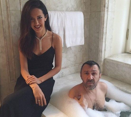 Матильда и Сергей Шнуровы в ванной комнате
