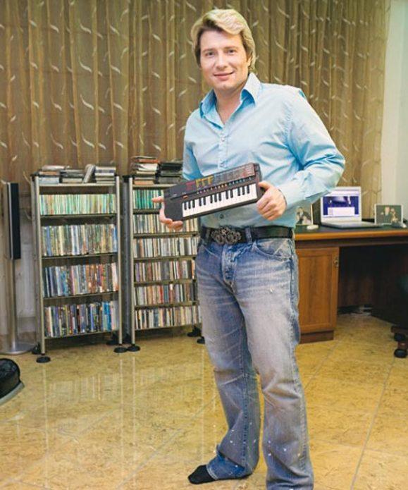 Николай Басков в своей квартире