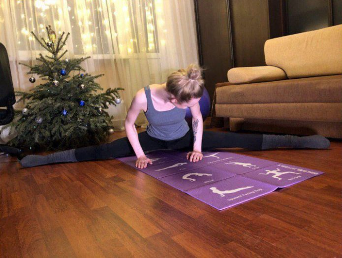 Занятия спортом в просторной гостиной