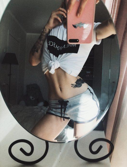 Молодая жена позирует в зеркале