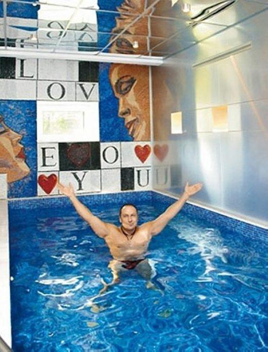 Дмитрий Нагиев в своём бассейне