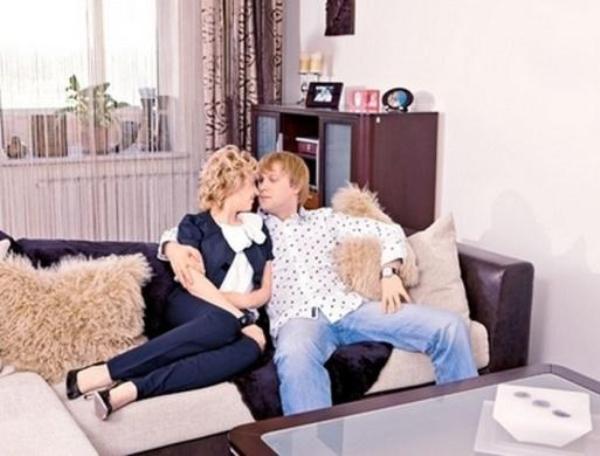 Сергей Светлаков с женой на диване