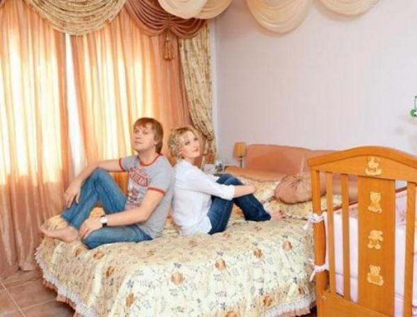 Сергей Светлаков с женой на кровати