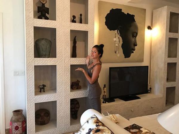 Певица Нюша в своей квартире