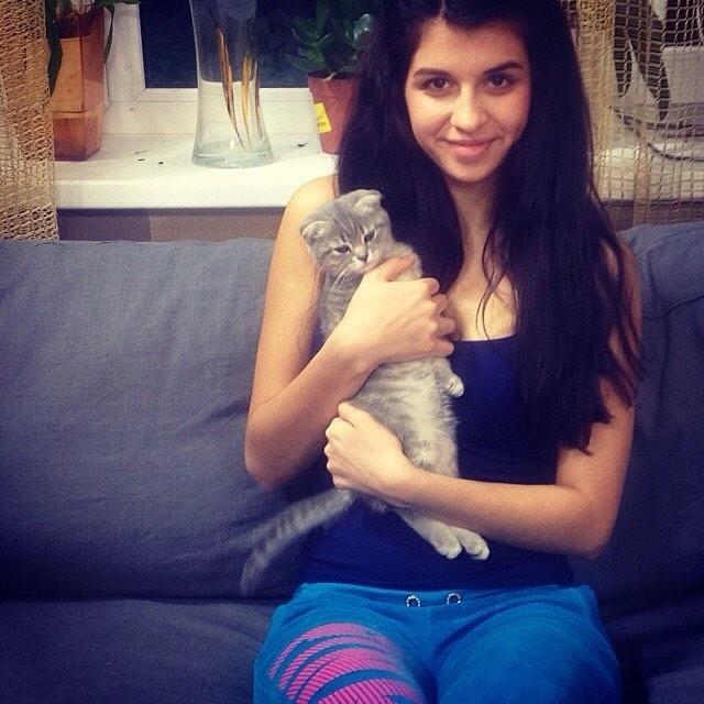 Алиана с котенком