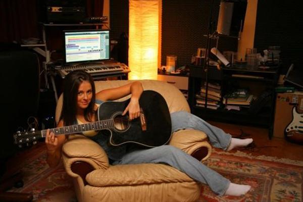 Певица Нюша в домашней студии