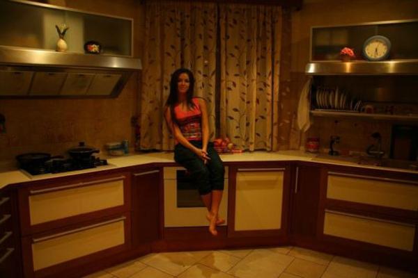 Певица Нюша на кухне