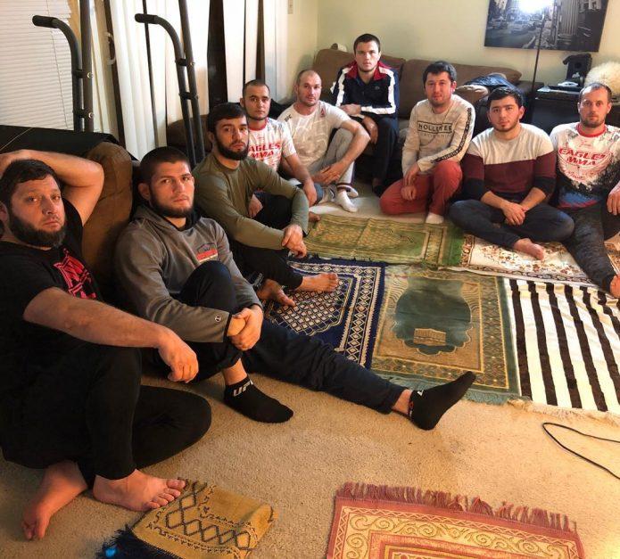 Хабиб Нурмагомедов дома с друзьями