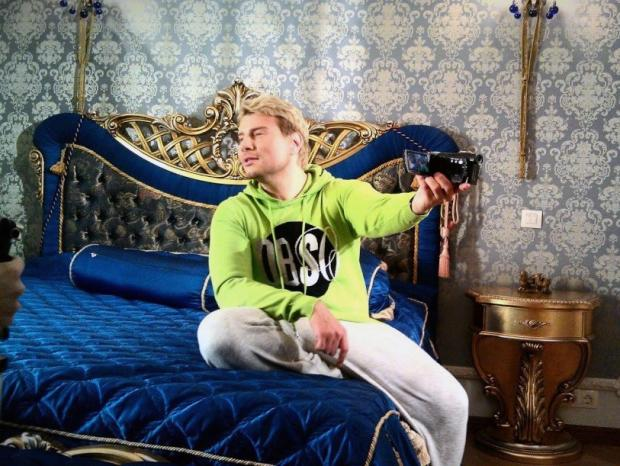 Николай Басков на кровати