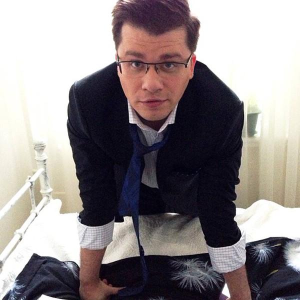 Грик Харламов в спальне
