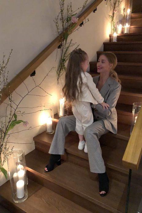 Асмус с дочкой на лестнице
